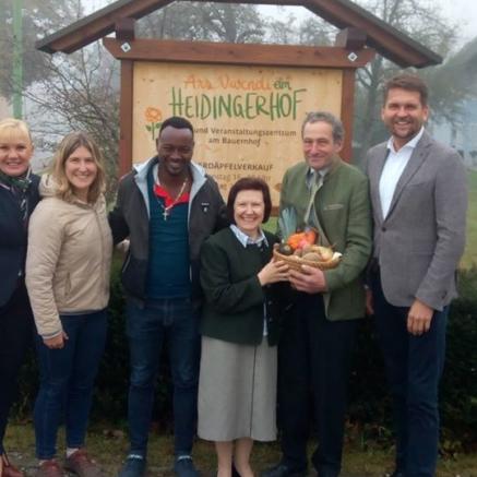 Tekle, Familie Heidinger, Stadtrat Peter Lehner und Gemeinderätin Tina Hacker vor der Heidingerhoftafel