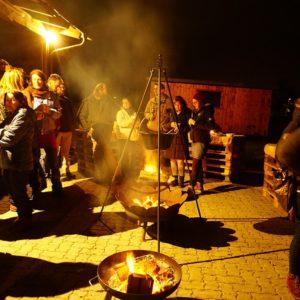 Silvesterfeier: Currytopf mit Dreibein über Feuerschale
