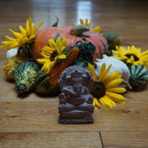 Ganesha, Zierkürbisse und Sonnenblumen
