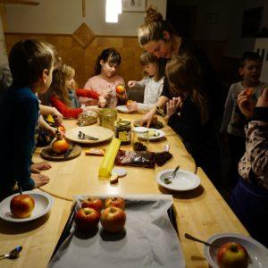 Zauberhafte Weihnachten am Bauernhof: Bratapfel machen