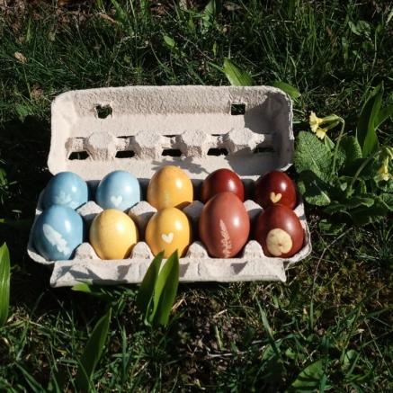 mit Naturfarben gefärbte Ostereier
