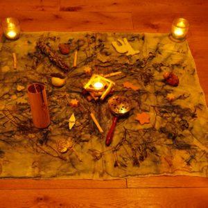 Yoga-Einheit: saisonales Dekoration und Kraftgegenstände