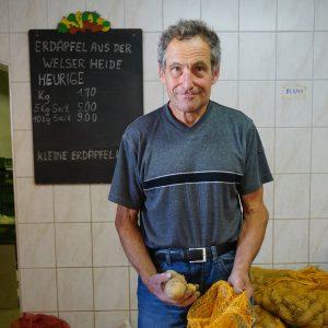 Bauer Hans beim Erdäpfelverkaufen