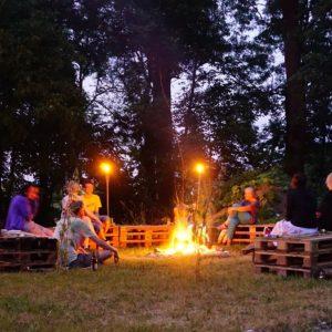 Sonnwendfeier: TeilnehmerInnen rund ums Feuer