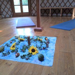Yoga: jahreszeitliche Deko u. Kraftgegenstände