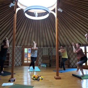 Yoga in der Jurte: Adler