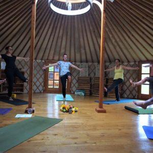 Yoga in der Jurte: Variante von Utthita eka padangusthasana